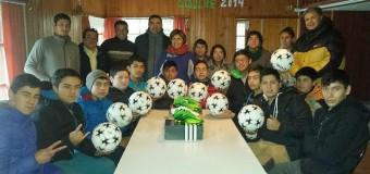 Alcalde René Aravena entregó materiales deportivos en Liquiñe