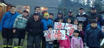 Bomberos de Puerto Fuy saludaron a niños en su día