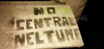 "Fotos | Opositores al proyecto ""Central Neltume"" rayaron Radio Nativa e Infocentro en Neltume"