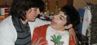 Joven madre pide apoyo económico para su hijo con parálisis cerebral