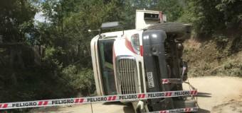 Al parecer mala maniobra. Camión con acoplado volcó en sector Tránguil