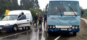 Accidente protagonizado por microbus de recorrido a Los Lagos dejó dos lesionados