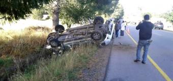 Conductor terminó atrapado tras volcar violentamente en sector Coz Coz