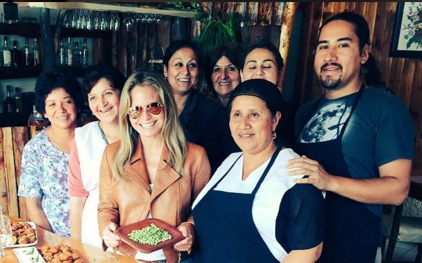 Soledad Onetto junto a Nelda Trafipán junto a equipo de Restaurante Catemu en Liquiñe | @SoledadOnetto