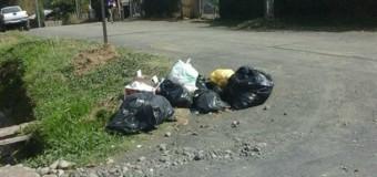 Vecinos de Coñaripe preocupados por acumulación de desechos y escombros