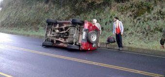Vehículo volcó con 6 ocupantes en sector Puñir, km 80 de la ruta Hua Hum