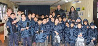 Municipio de Panguipulli continua entregando ropa de invierno a estudiantes de establecimientos rurales