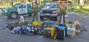 Carabineros de Liquiñe detiene a dos sujetos por robo y recupera 15 millones en especies