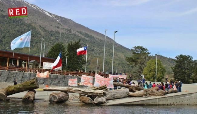 La manifestación impidió que la Barcaza Hua Hum atraque en el puerto