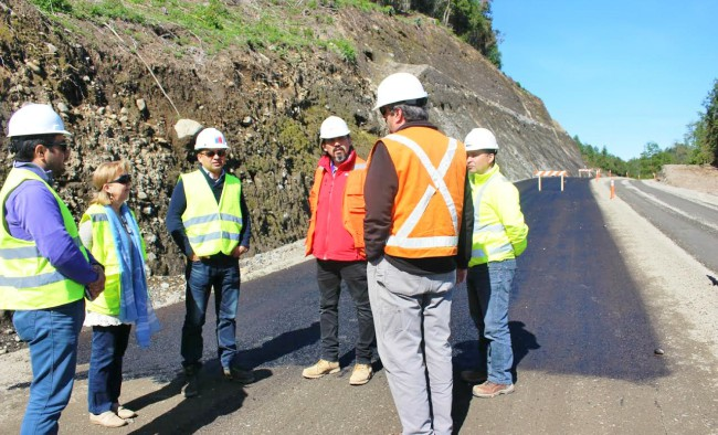 Siguen adelante los trabajos de asfaltado de la importante ruta turística, inserta en la Red Interlagos. La Iniciativa es financiada por el MOP de Los Ríos, con un monto superior a los 7 mil millones de pesos | MopLosRios