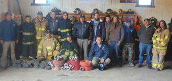 Bomberos de Coñaripe donan carro aljibe a nueva compañía de Pucura