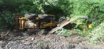 Maquinaria pesada volcó mientras realizaba mantención en ruta Neltume – Puerto Fuy