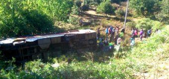 Bus de temporeros desbarrancó en Lanco con 27 personas a bordo. Hay 4 pacientes graves