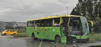 7 lesionados tras colisión de furgón escolar y bus en Lanco