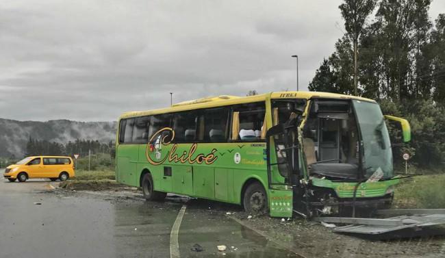 7 lesionados tras colisión de furgón escolar y bus en lanco | Lanco.cl