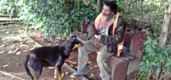 """Indigente apodado """"Temuco"""" fue rescatado por Carabineros tras años viviendo bajo un puente"""