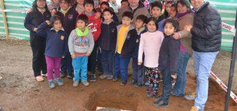 Con cápsula del tiempo y primera piedra inician obras de reposición de escuela de Huitag