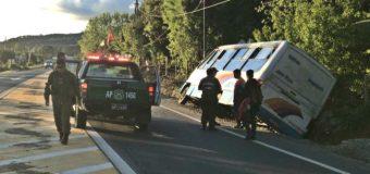 3 Pasajeros lesionados tras accidente de minibus en ruta Panguipulli / Lanco