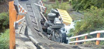 Conductor herido tras colapso de puente camino Coñaripe a Los Cajones
