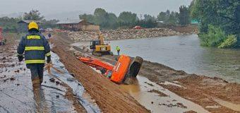Operador queda herido tras caer excavadora hacia un río en Lanco