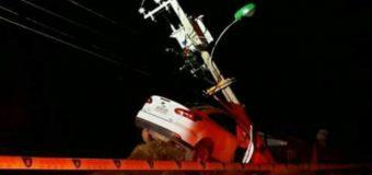 Sujeto fue detenido tras colisionar poste del tendido eléctrico en Puerto Fuy