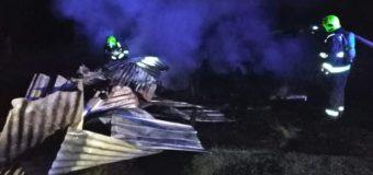 Incendio destruye vivienda y dejó a dos hermanos mayores damnificados en Lago Neltume Alto