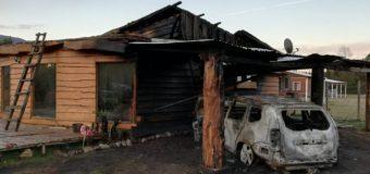 Incendio en vehículo dejó daños tras propagarse a una vivienda en Coñaripe