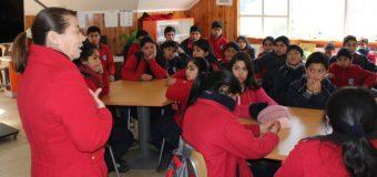 Concejala Añual enseña labor de su rol a alumnos en escuela rural