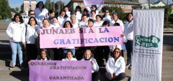 Manipuladoras de alimentos de Panguipulli exigen a Junaeb considerar gratificación en futuros contratos