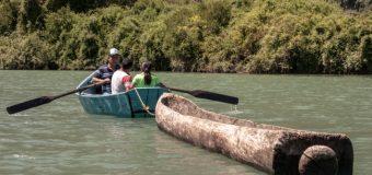 Invitan a navegación ancestral con kayak y wampo en lago Neltume