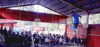Espectáculo circense llegó para sorprender a estudiantes en Escuela Pampa Ñancul
