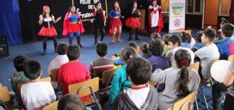 Docentes se disfrazaron y organizaron acto para conmemorar día del Estudiante en Ñancul