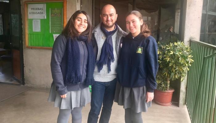 El equipo en Caleta de Tango, junto al docente a cargo, Ricardo Pérez