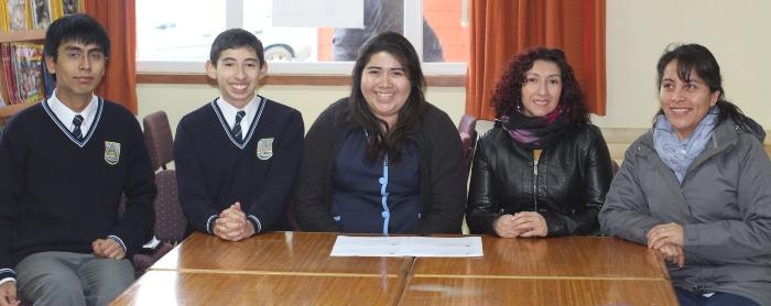 Matías Padilla y Sebastián Quiróz junto a la docente a cargo y sus apoderadas.