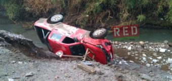 Camioneta terminó en un caudal tras volcar en sector Tranguil
