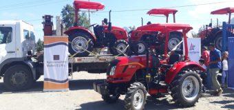 Conadi entregó 4 tractores a comunidades de Coñaripe. Los usarán para mejorar caminos vecinales