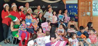 Carabineros celebró anticipada navidad con estudiantes de escuela Panguilelfún