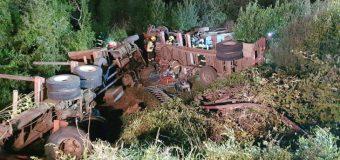 Dos camioneros sufrieron aparatoso accidente durante maniobra remolcadora en Los Lagos