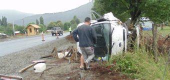 Accidente en las cercanías de Liquiñe dejó dos lesionados. Causal habría sido el clima y la velocidad