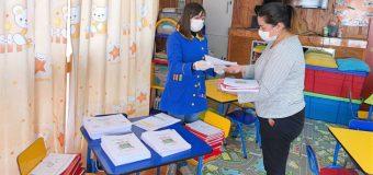 Escuela Rayito de Luz entrega material educativo a padres para educar en casa
