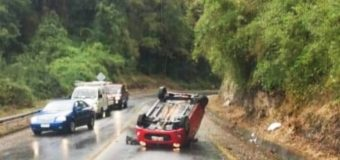 Conductor salió ileso tras volcar de campana en sector Puñir