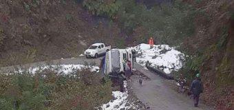 Camión cayó desde un puente en las cercanías de Liquiñe