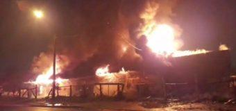 Incendio afectó feria mapuche en Panguipulli. Mujer se mantiene en la UCI tras inhalación de humo