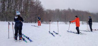 Guardaparques de la Reserva Nacional Mocho Choshuenco se capacitan en esquí de montaña