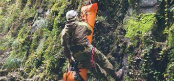 Bomberos de Malalhue y Carabineros rescataron cuerpo de hombre mayor desde profunda quebrada en Liquiñe